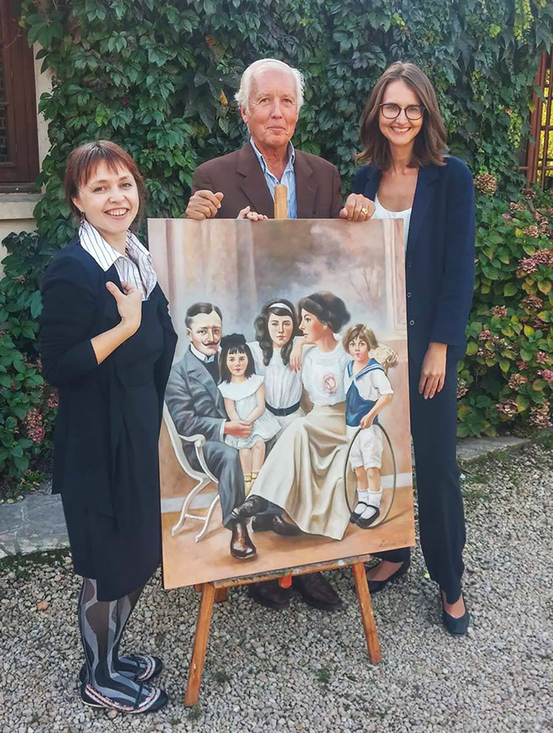 Gilles Lugan, Lina Linkevičiūtė (right), and artist Gala Laskova holding the completed painting in 2015, entitled Lugan d'Alban family. Oil on canvas, 80x100cm